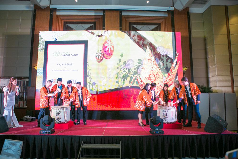 Kagami Biraki – một nghi lễ truyền thống của Nhật Bản trong sự kiện ra mắt dịch vụ FPT HI GIO CLOUD tại Hà Nội.